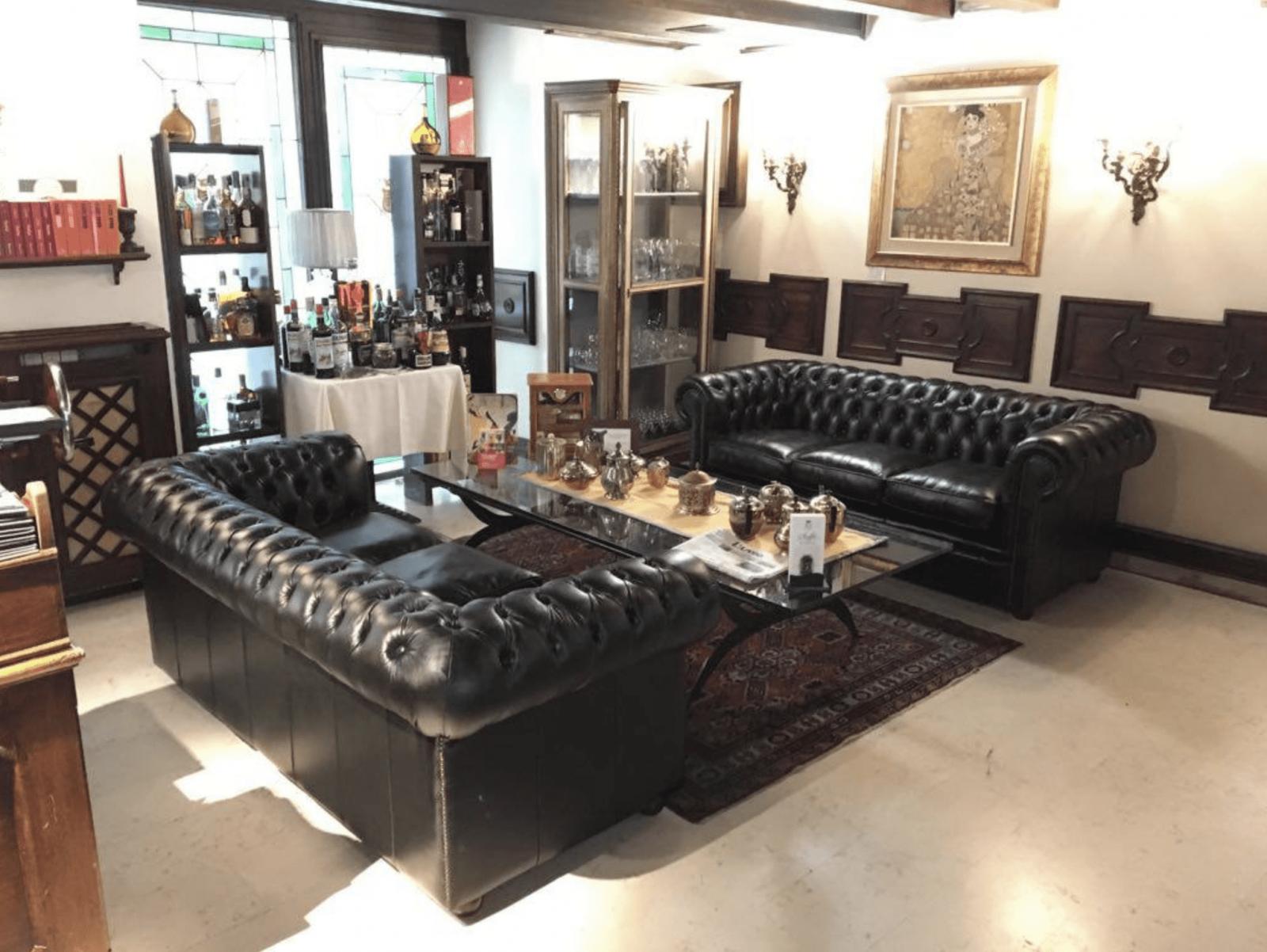 Coppia di divani Chestefield di nuova produzione finiti in pelle Antique Green - Ristorante Maffei (Piazza Erbe - Verona)
